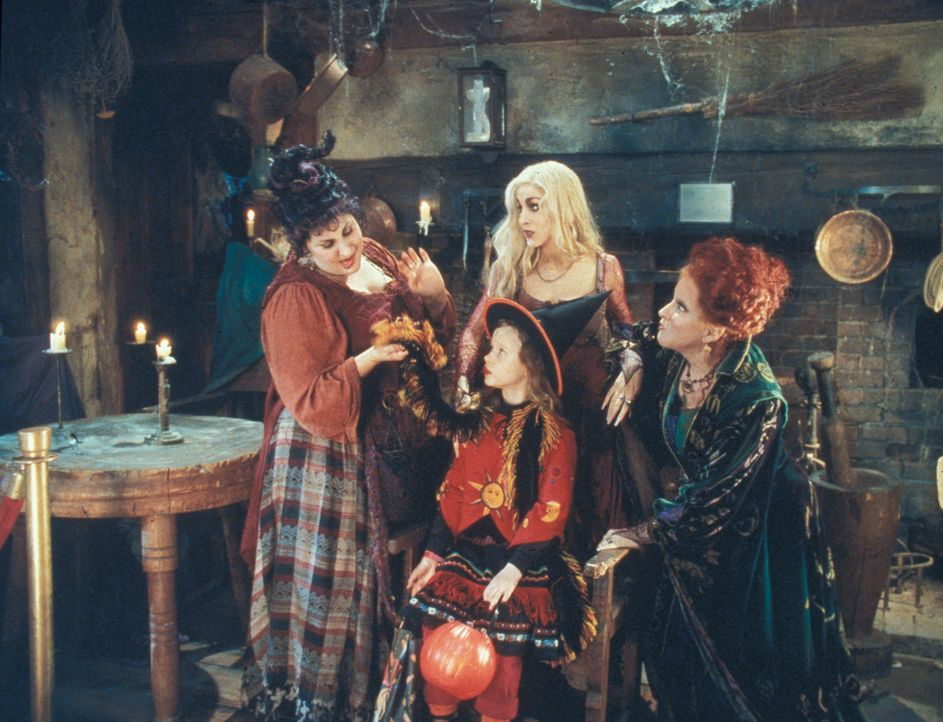 Danis (Thora Birch, vorne) Zukunftsaussichten sind eher düster, denn die Leibspeise der ältlichen Hexen (v.l.n.r.) Mary (Kathy Najimy), Winifred (... - Bildquelle: The Walt Disney Company. All Rights Reserved
