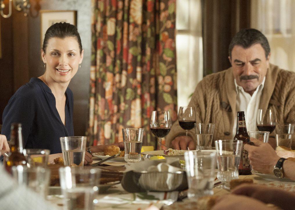 Einer Meinung sind Erin (Bridget Moynahan, l.) und Frank (Tom Selleck, r.) nicht. Dennoch müssen Vater und Tochter zusammenhalten - sei es nur, um d... - Bildquelle: Jojo Whilden 2013 CBS Broadcasting Inc. All Rights Reserved.