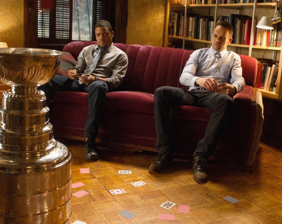 Als Holmes (Jonny Lee Miller, r.) Detective Bell (Jon Michael Hill, l.) seine Meinung über dessen neue Freundin sagt, ist zwischen den beiden Männer... - Bildquelle: CBS Television