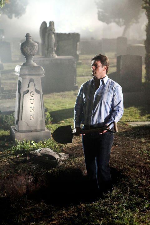 Eine Schatzkarte führt Richard Castle (Nathan Fillion) auf einen Friedhof. - Bildquelle: 2010 American Broadcasting Companies, Inc. All rights reserved.