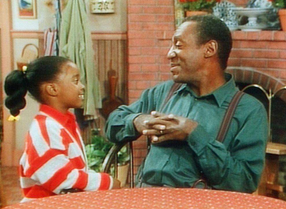 Rudy (Keshia Knight Pulliam, l.) bittet ihren Vater Cliff (Bill Cosy, r.) um die Erlaubnis, ihren Freund einladen zu dürfen. - Bildquelle: Viacom