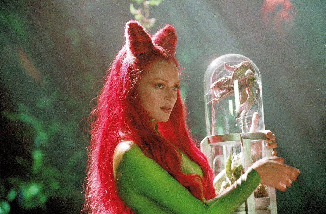 Die verführerische Poison Ivy (Uma Thurman) will, dass sich ihre giftigen Pflanzen über die ganze Welt ausbreiten. - Bildquelle: Warner Bros. Pictures