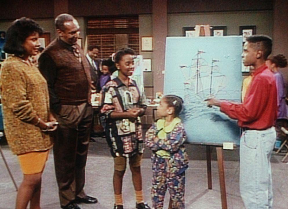 (v.l.n.r.) Clair (Phylicia Rashad), Cliff (Bill Cosby), Rudy (Keshia Knight Pulliam) und Olivia (Raven Symone) bewundern das Kunstwerk von Stanley (... - Bildquelle: Viacom