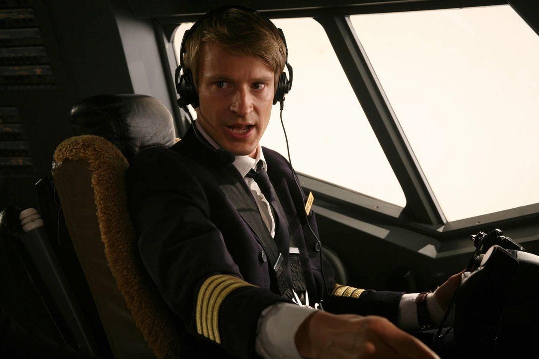 Co-Pilot Niclas Sedlaczek (Max von Pufendorf) ist überzeugt, ein grandioser Pilot zu sein. Da gerät er in eine Kollision und muss erkennen, dass ein... - Bildquelle: Volker Roloff ProSieben