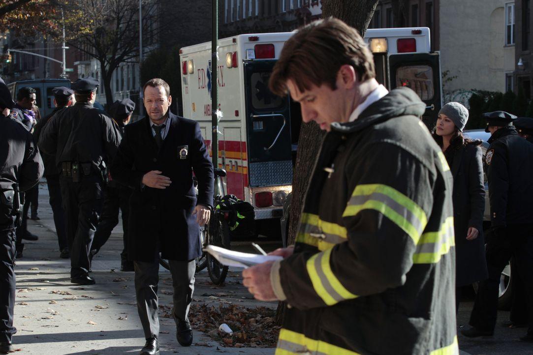 Auf eine Moschee wird ein Bombenanschlag verübt. Vor Ort werden Danny (Donnie Wahlberg, l.) und Baez (Marisa Ramirez, 2.v.r.) von Brandinspektor Ric... - Bildquelle: 2013 CBS Broadcasting Inc. All Rights Reserved.
