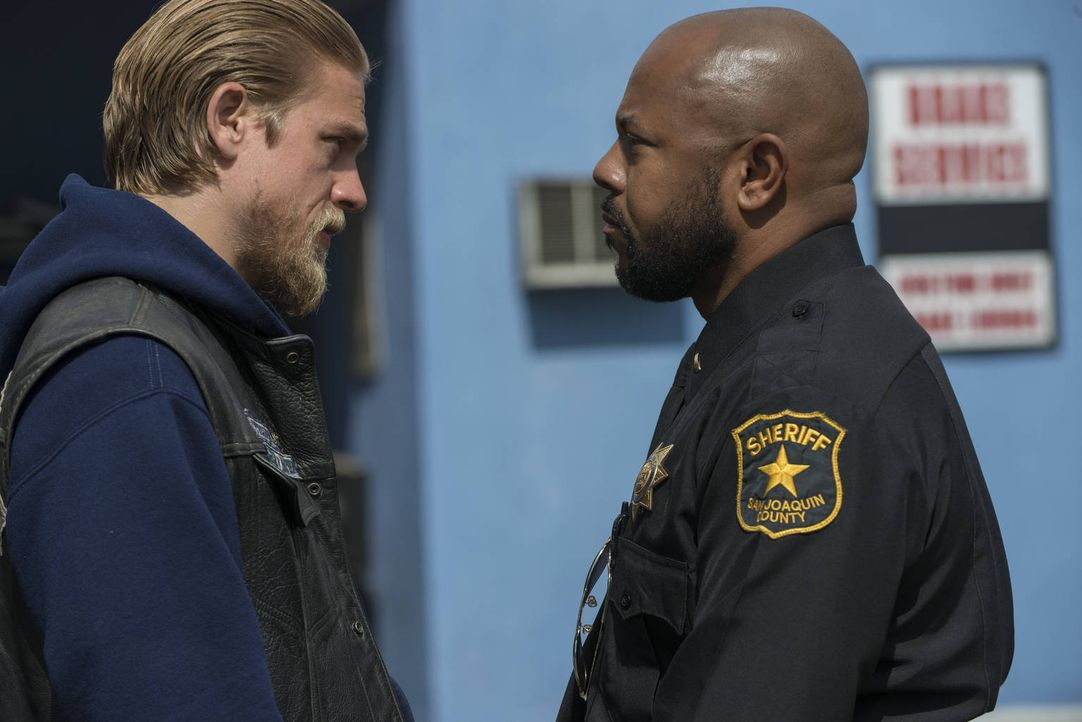 Eine außergewöhnliche Verbindung: Jax (Charlie Hunnam, l.) und Sheriff Roosevelt (Rockmond Dunbar, r.) ... - Bildquelle: 2012 Twentieth Century Fox Film Corporation and Bluebush Productions, LLC. All rights reserved.
