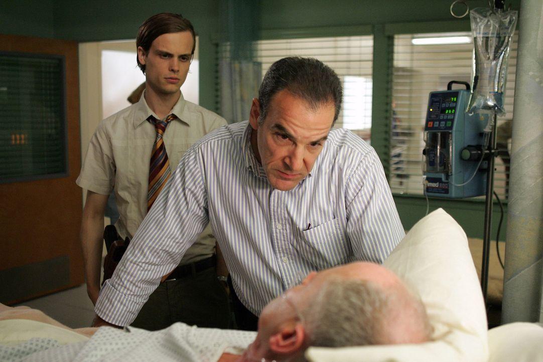 Special Agent Jason Gideon (Mandy Patinkin, M.) und Dr. Spencer Reid (Matthew Gray Gubler, l.) gehen einen Bombenattentat auf den Grund und stoßen... - Bildquelle: Touchstone Television