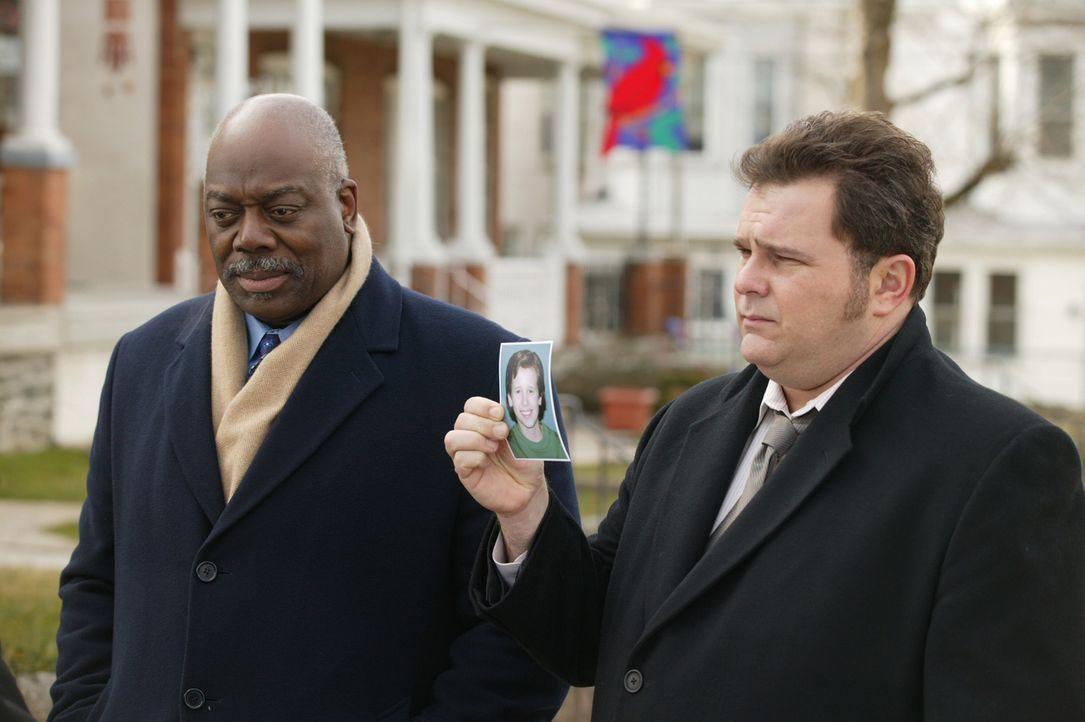 Det. Will Jeffries (Thom Barry, l.) und Det. Nick Vera (Jeremy Ratchford, r.) sind auf der Suche nach den Mördern des 1993 getöteten Kyle Bream ... - Bildquelle: Warner Bros. Television