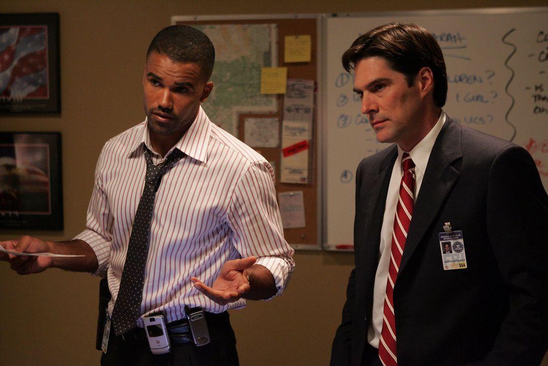 Special Agent Derek Morgan (Shemar Moore, l.) und Agent Aaron Hotchner (Thomas Gibson, r.) versuchen einem Bobenattentäter das Handwerk zu legen, d... - Bildquelle: Touchstone Television