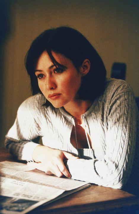 """Prue (Shannen Doherty) entdeckt im """"Buch der Schatten"""" einen so genannten Wahrheitszauber ... - Bildquelle: Paramount Pictures"""