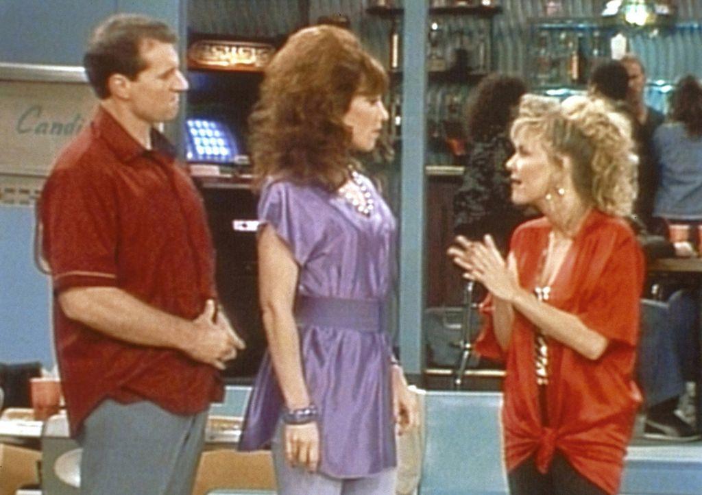 Mimi (Deborah Harmon, r.) fordert Al (Ed O'Neill, l.) und Peggy (Katey Sagal, M.) zu einem Bowlingwettkampf heraus. - Bildquelle: Columbia Pictures