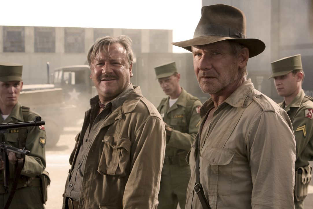 Nevada, 1957: Der Archäologe und Uni-Professor Indiana Jones (Harrison Ford, r.) und sein Kumpel Mac (Ray Winstone, l.) stecken in großen Schwierigk... - Bildquelle: David James & TM 2008 Lucasfilm Ltd. All Rights Reserved.