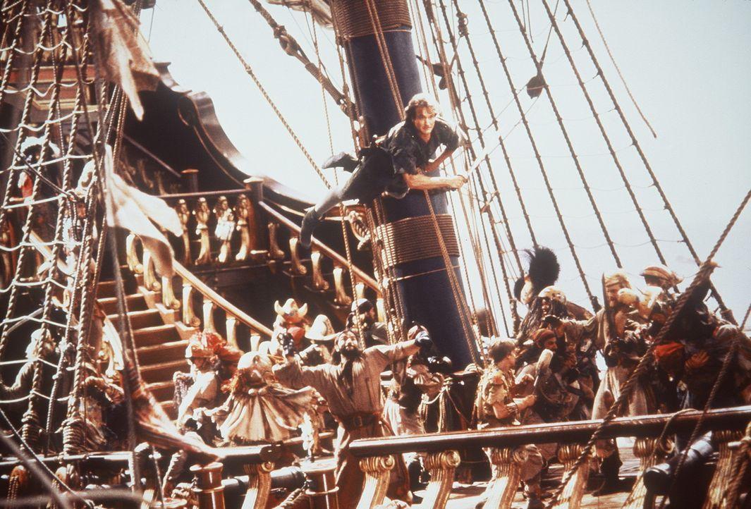 Im freien Fall: Peter Pan (Robin Williams, oben) schlägt den Piraten mal wieder ein Schnippchen ... - Bildquelle: Copyright   1991 TriStar Pictures, Inc. All Rights Reserved.