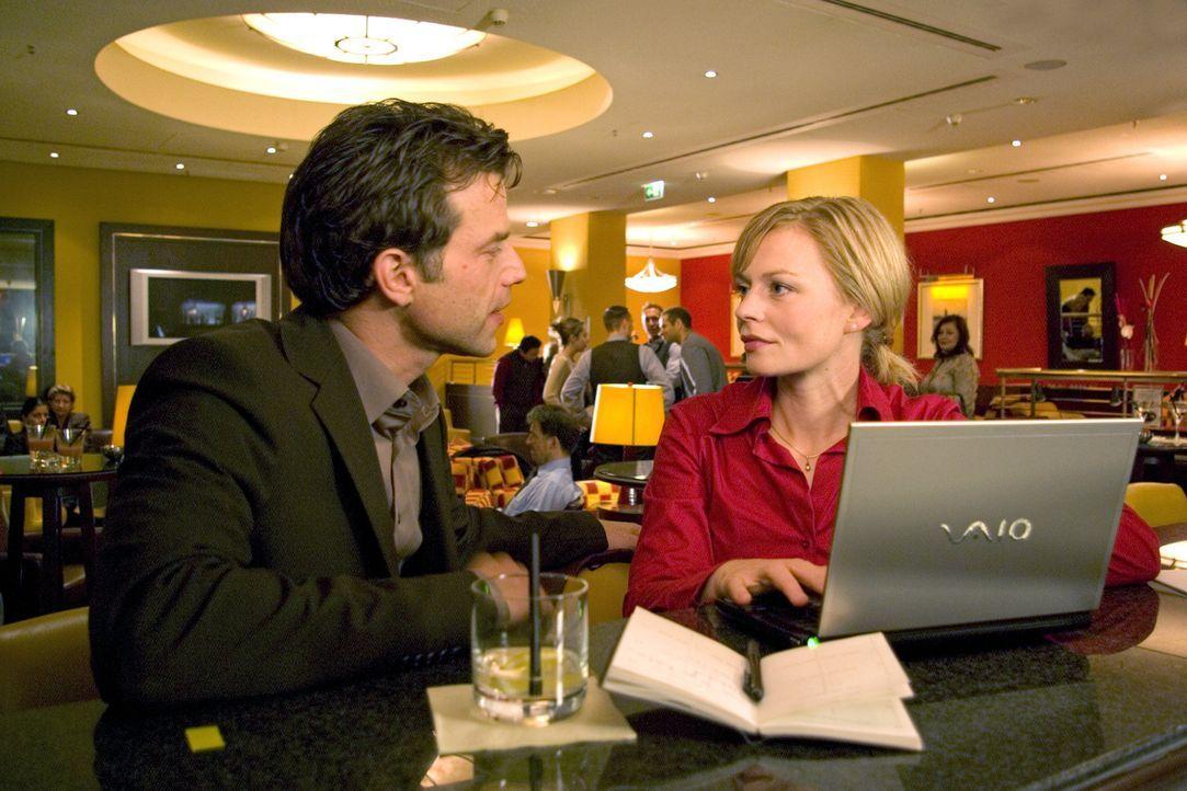 Auf einem Kongress lernt Martina (Susanna Simon, r.) den Hydrologen Dirk Berger (Johannes Brandrup, l.) kennen und verbringt einen Nacht mit ihm ... - Bildquelle: Stephanie Kulbach Sat.1