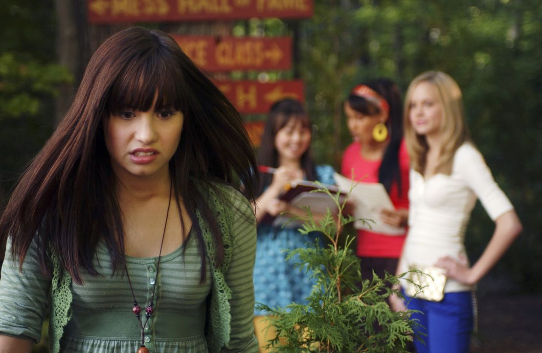 Alles läuft prima für Mitchie (Demi Lovato, l.) in Camp Rock, doch dann behauptet sie, geblendet vom Glitter und Glamour der intriganten Zicke Tes... - Bildquelle: 2007 DISNEY CHANNEL. All rights reserved.
