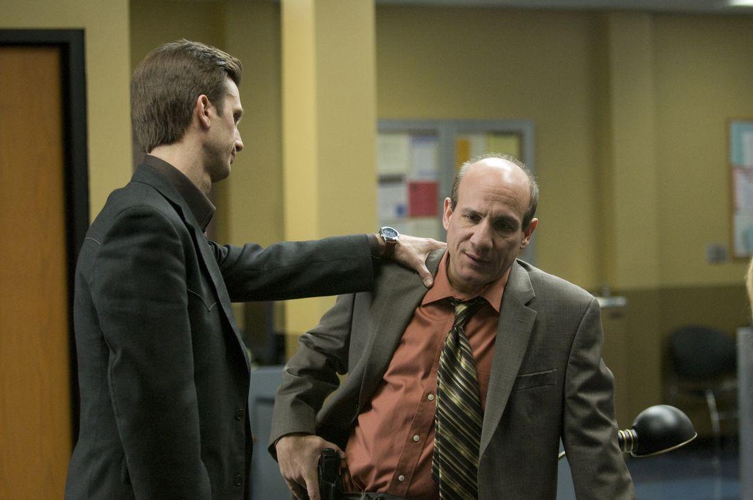 Trotz der unverzeihlichen Vorwürfe gegen Stan (Paul Ben-Victor, r.), halten Mary und Mann (Frederick Weller, l.) zu ihrem Chef ... - Bildquelle: USA Network