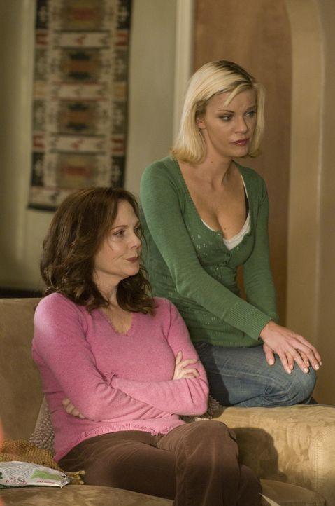 Als Lauren an der Tür auftaucht, ändert sich Brandis (Nichole Hiltz, r.) und Jinx' (Lesley Ann Warren, l.) Leben für immer .. - Bildquelle: USA Network