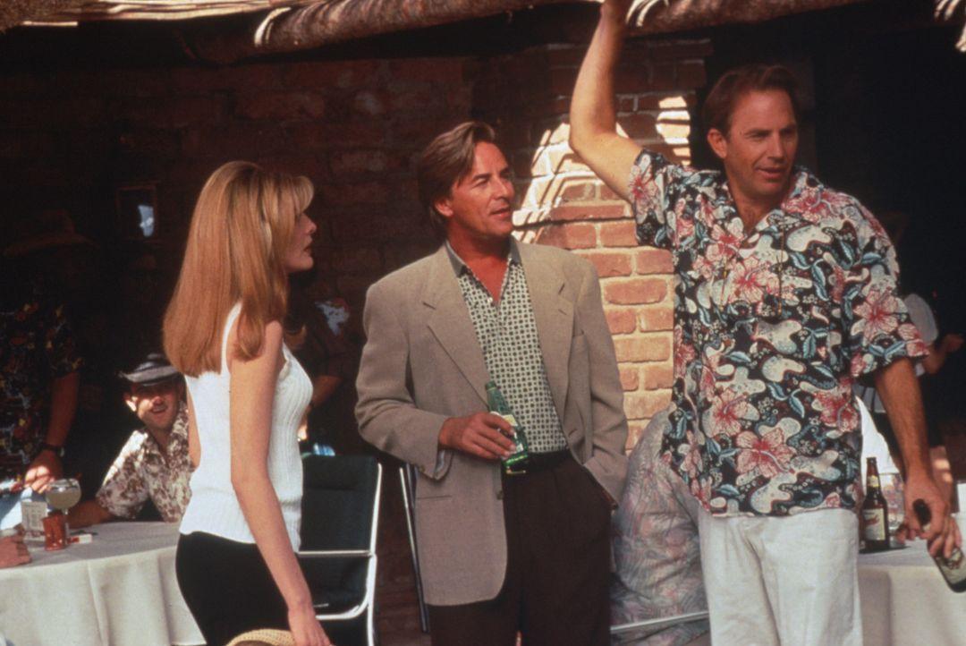 Die attraktive Molly (Rene Russo, l.) muss sich zwischen zwei Vollblut-Golfern entscheiden: Entweder bleibt sie ihrem erfolgreichen Freund David (Do... - Bildquelle: WARNER BROS.