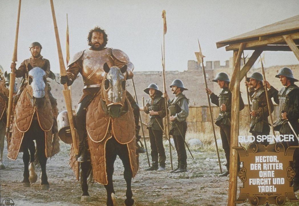 Ritter Hector (Bud Spencer, M.) verhilft den Spaniern zum Sieg über die französischen Belagerer ...