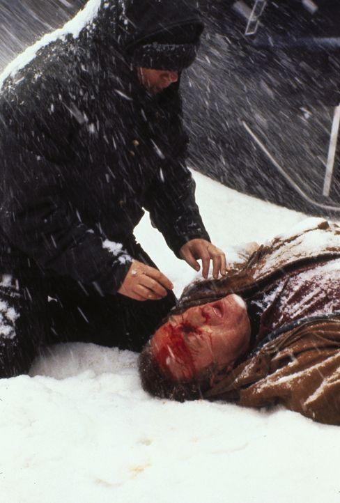 Paul Sheldon (James Caan, r.) hat die Kontrolle über seinen Wagen verloren und ist eine verschneite Böschung hinabgestürzt. Doch er hat Glück - Anni... - Bildquelle: Castle Rock Entertainment
