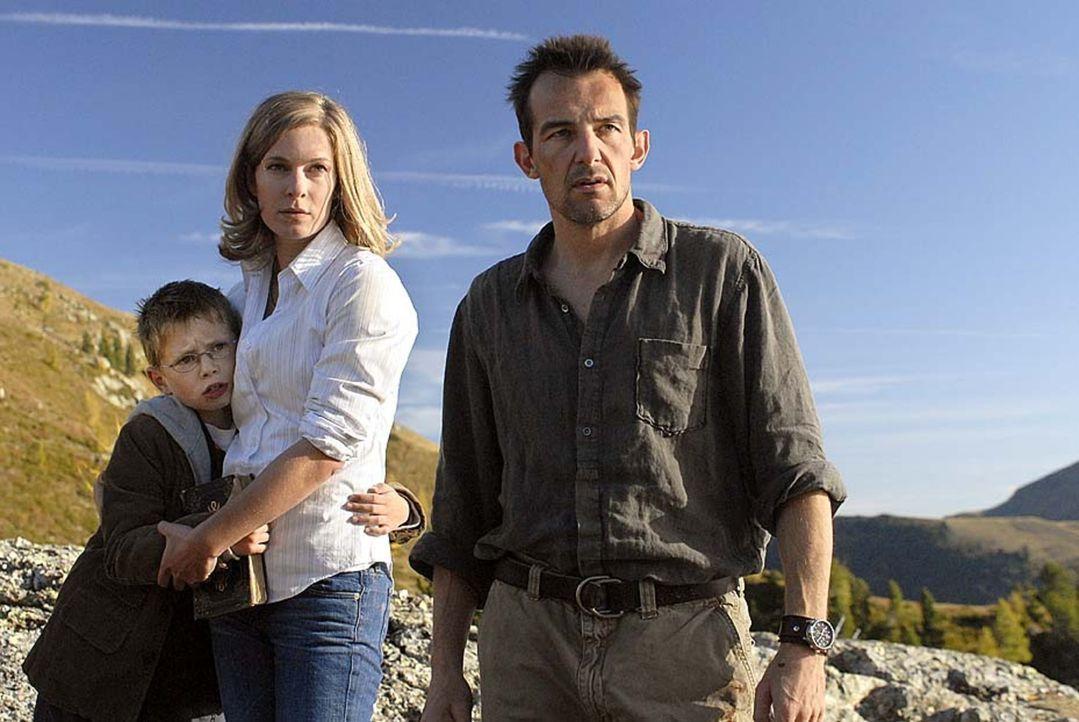 Kaum hat Anna (Lisa Martinek, M.) Tim (Lukas Schust, l.) gefunden, geraten sie gemeinsam mit Eric (Hans-Werner Meyer, r.) erneut in Gefahr ... - Bildquelle: Martin Menke Sat.1