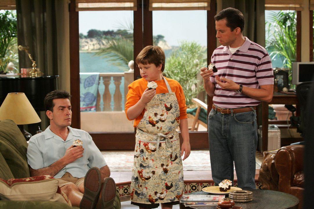 Sind begeistert von den leckeren Törtchen: Alan (Jon Cryer, r.), Jake (Angus T. Jones, M.) und Charlie (Charlie Sheen, l.) ... - Bildquelle: Warner Brothers Entertainment Inc.
