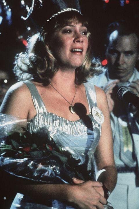 Beim Klassentreffen ihres Jahrgangs fällt die 42-jährige Peggy Sue (Kathleen Turner) in Ohnmacht. Als sie erwacht, findet sie sich in ihrer eigene... - Bildquelle: TriStar Pictures