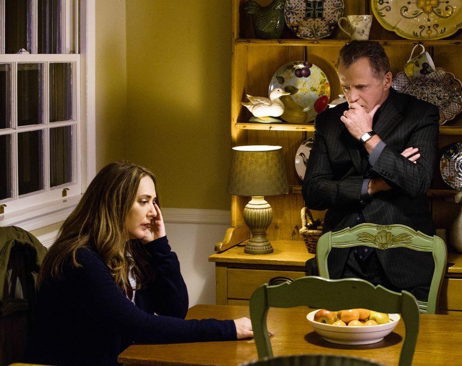 Als bei Captain Gregson (Aidan Quinn, r.) und seiner Frau (Talia Balsam, l.) eingebrochen wird, arbeiten Holmes und Watson fieberhaft daran, den bew... - Bildquelle: CBS Television