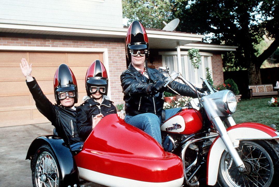 Die Coneheads lassen sich nichts entgehen und tun, was ihnen Spaß macht. Wie die Spritztour für Prymaat (Jane Curtin, l.) und Tochter Connie (Michel... - Bildquelle: Paramount Pictures
