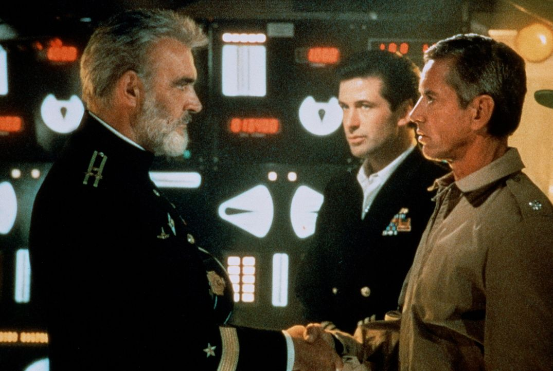 Kapitän Ramius (Sean Connery, l.) begrüßt US-Captain Mancuso (Scott Glenn, r.) und den CIA-Agenten Jack Ryan (Alec Baldwin, M.) an Bord seines Sc... - Bildquelle: Paramount Pictures