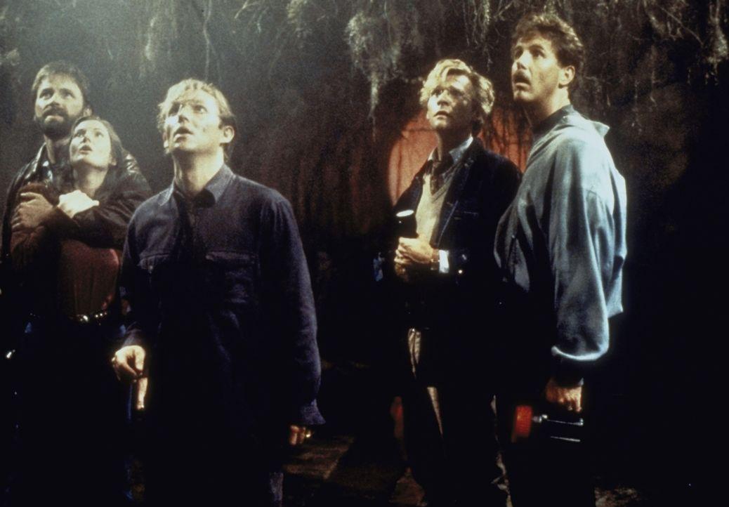 Im Kanalisationsschacht suchen Ben (John Ritter, l.), Beverly (Annette O'Toole, 2.v.li.), Bill (Richard Thomas, M.), Eddie (Harry Anderson, 2.v.re.)... - Bildquelle: Warner Bros.