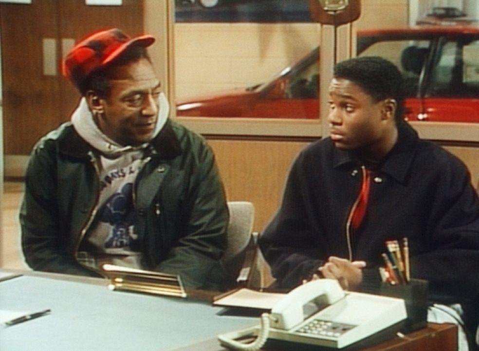 Cliff (Bill Cosby, l.) und Theo (Malcolm-Jamal Warner, r.) beim Autohändler. Cliff hat seine ältesten Sachen angezogen, um nicht so wohlhabend zu... - Bildquelle: Viacom