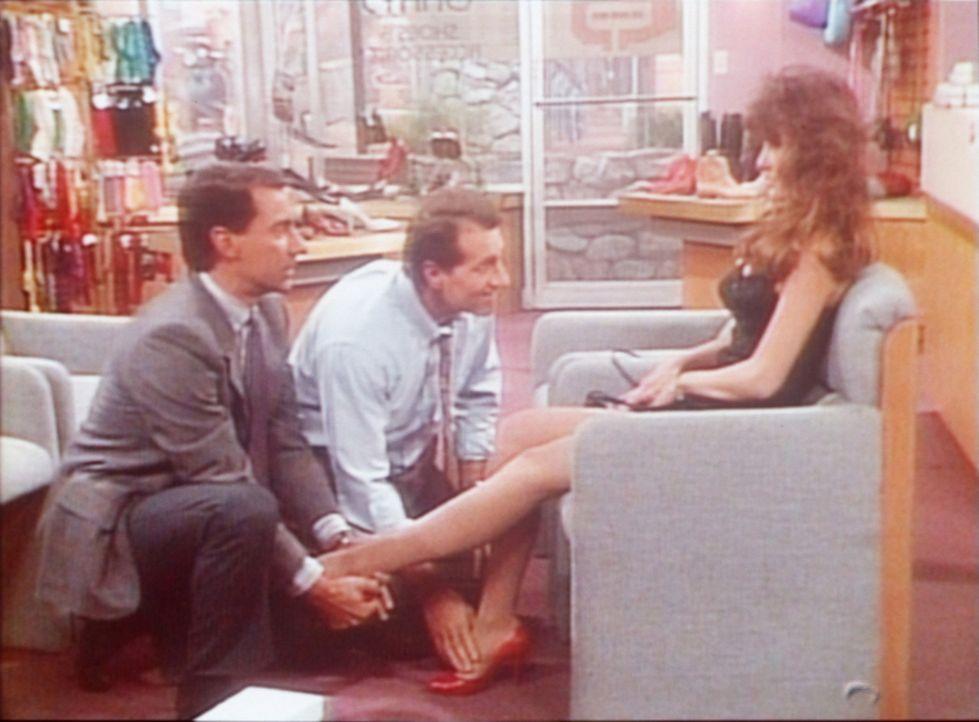 """Andächtig nehmen Al (Ed O'Neill, M.) und Steve (David Garrison, l.) Brandi Brandt (Brandi Brandt, r.), die Miss Oktober des """"Playboy"""", ins Visier. - Bildquelle: Columbia Pictures"""