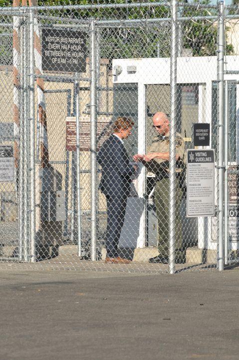 Ein überführter Mörder kann Patrick Jane (Simon Baker, l.) davon überzeugen, seine Unschuld zu beweisen. Dafür verspricht er ihm im Gegenzug Informa... - Bildquelle: Warner Bros. Television