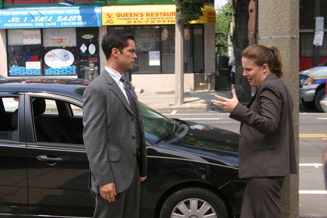 Scott (Danny Pino, l.) und Anna (Robin Weigert, r.) besprechen die weitere Vorgehensweise im aktuellen Fall ... - Bildquelle: Warner Bros. Television