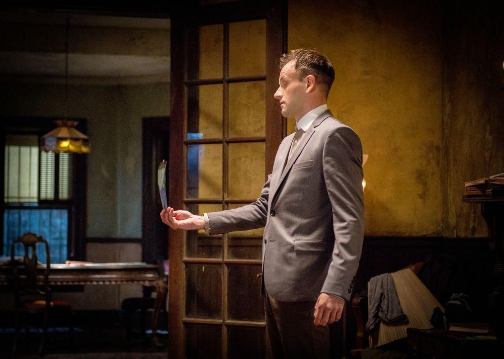 Wird er den wahren Mörder finden? Sherlock Holmes (Jonny Lee Miller) ... - Bildquelle: CBS Television