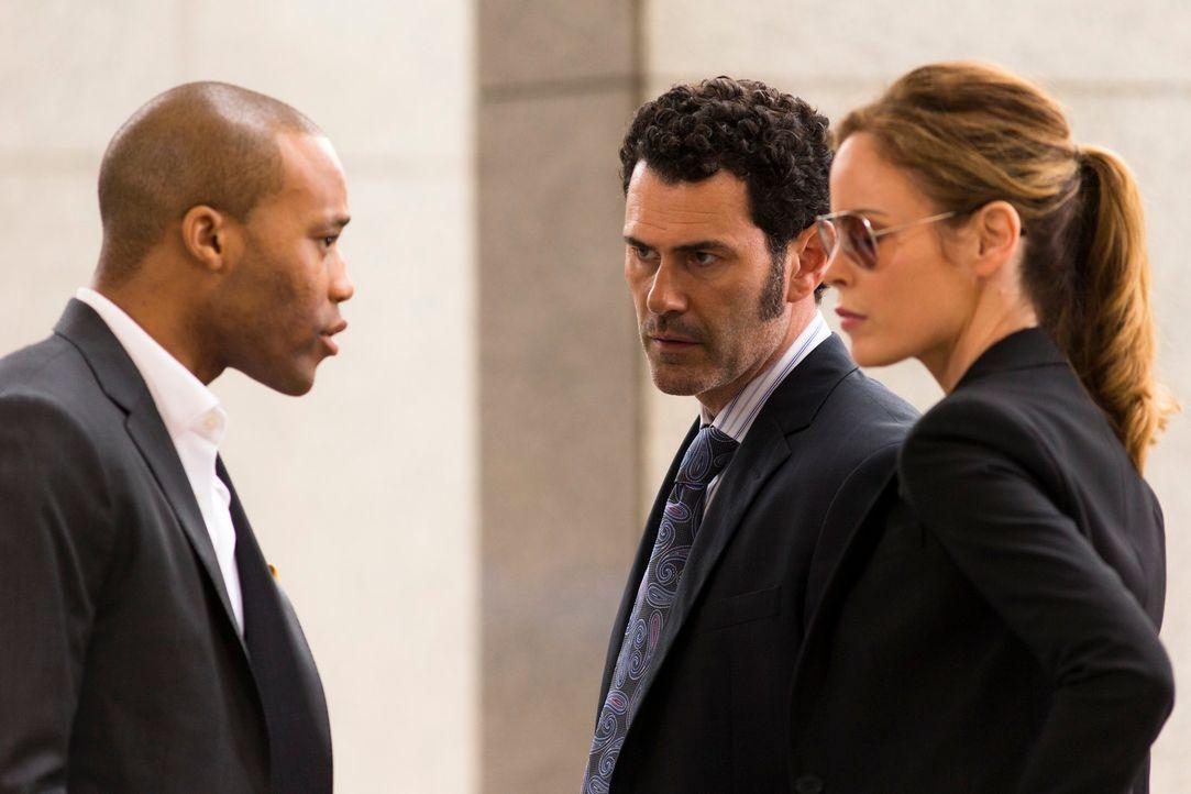 Als der Prozessanwalt eines renommierten Anwaltsbüros vermisst wird, nehmen Rebecca (Chandra West, r.), John (Vincent Walsh, M.), und Daniel (Dwain... - Bildquelle: 2013 Muse Entertainment / Back Alley Film Productions