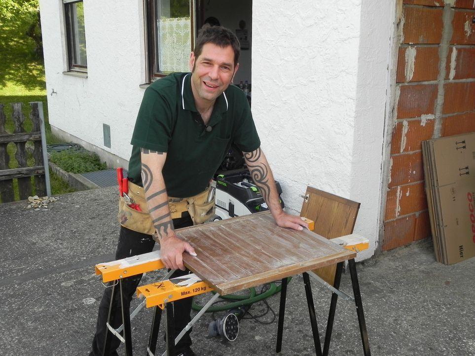 Wohnprofi Volker Harzdorf kümmert sich um Gertruds Wohnung, die dringend eine Verjüngungskur benötigt. - Bildquelle: kabel eins
