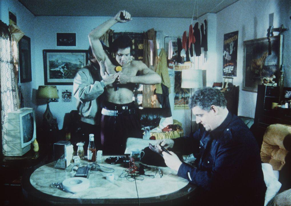 Um als verdeckter Ermittler fungieren zu können, wird Mahoney (Steve Guttenberg, M.) für den Einsatz präpariert ... - Bildquelle: Warner Bros.