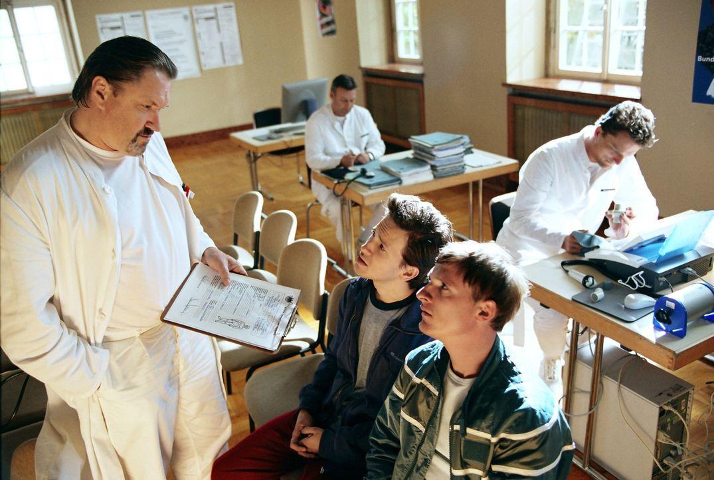Der Bundeswehrarzt (Michael Brandner, l.) teilt Schleifer (Florian Lukas, r.) und Basti Lämmle (Franz Dinda, M.) mit, dass sie nicht nur Diabetes h... - Bildquelle: Constantin Film