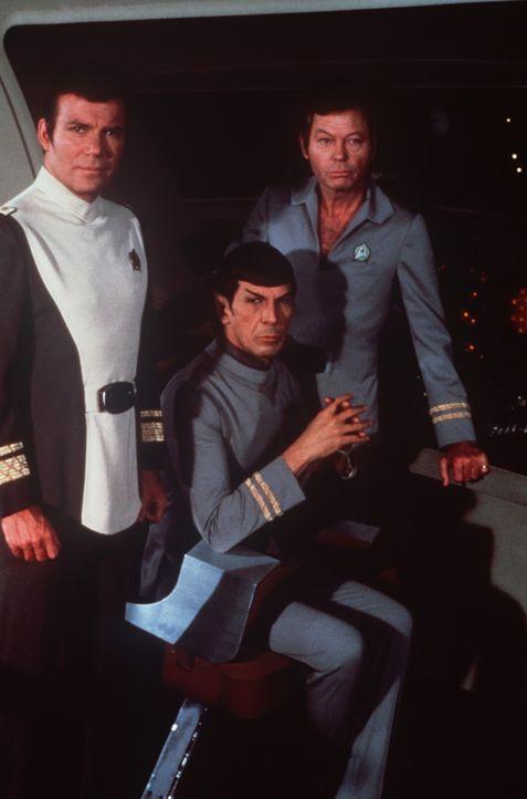 Als eine riesige Wolke die Erde bedroht, schlägt ihre Stunde: Kirk (William Shatner, l.), Dr. McCoy (DeForest Kelley, r.) und Spock (Leonard Nimoy,... - Bildquelle: Paramount Pictures