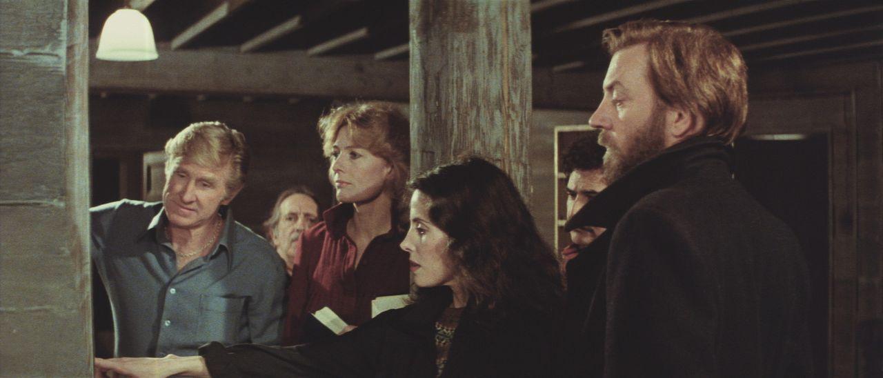 Das internationale Forscherteam trifft auf der Bäreninsel ein: Marinetaucher Smithy (Lloyd Bridges, l.), die norwegische Ärztin Hedi Lindquist (Va... - Bildquelle: Columbia Pictures