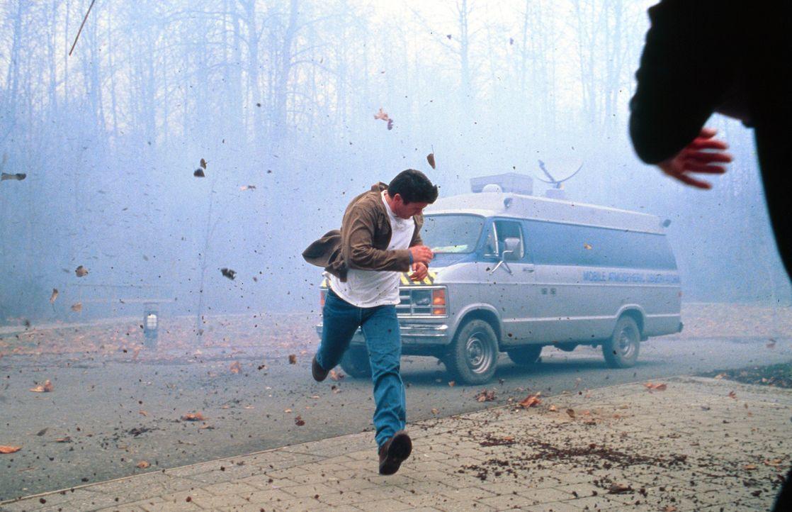 Ein gewaltiger Tornado rast auf die Stadt zu - doch niemand will Pete Jensen (Joe Lando) Glauben schenken, nachdem er vor Jahren einen Fehler machte... - Bildquelle: Cinetel Films Inc.