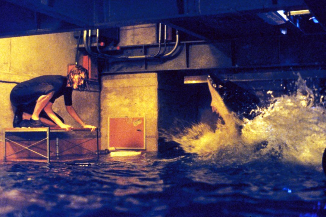 Das letzte Weibchen ist kurz davor, die Umzäunung verlassen zu können. Da schneidet sich Dr. Susan McAlester (Saffron Burrows) in die Hand, springt... - Bildquelle: Warner Bros. Pictures
