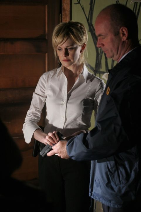 Lt. John Stillman (John Finn, r.) hilft Det. Lilly Rush (Kathryn Morris, l.) bei den Vorbereitungen für das Verhör des verdächtigen George Marks ...... - Bildquelle: Warner Bros. Television