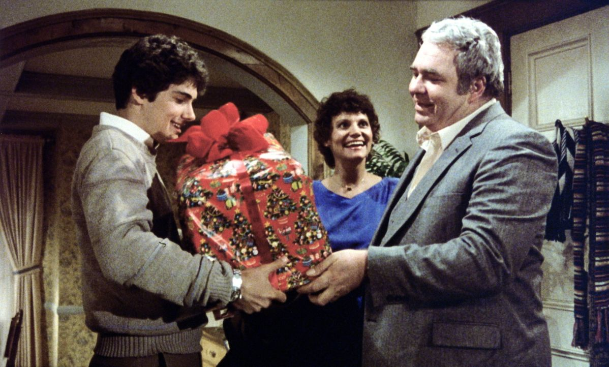 An das seltsame Geschenk seines Vaters Rand (Hoyt Axton, r.) sind drei Regeln geknüpft, die Billy (Zach Galligan, l.) einhalten muss. Selbst seine M... - Bildquelle: Warner Bros.