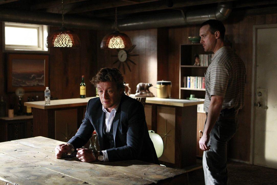 Als sich Jane (Simon Baker, l.) bereit erklärt, sich für das FBI wieder als angeblicher Hellseher auszugeben, um den Serienkiller Lazarus (Aubrey De... - Bildquelle: Warner Bros. Television