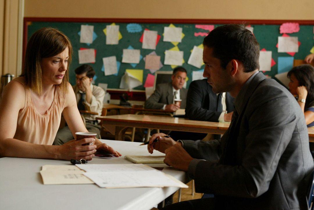 Danny Taylor (Enrique Murciano, r.) hofft, dass ihm Ms. Atkins (Jayne Brook, l.) einen Hinweis geben kann, wo der verschwundene Schulbus abgeblieben... - Bildquelle: Warner Bros. Entertainment Inc.