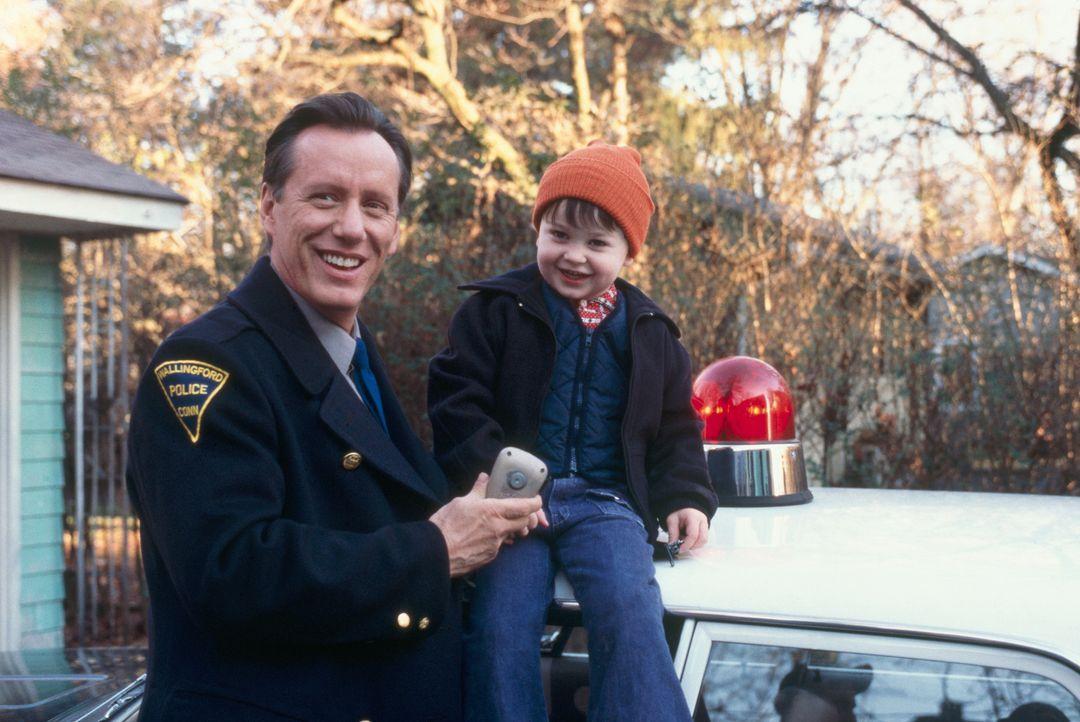 Haben viel Spaß zusammen: Jason (Cody Arens, r.) und sein Großvater Leo (James Woods, l.) ... - Bildquelle: 2003 Sony Pictures Television International. All Rights Reserved.