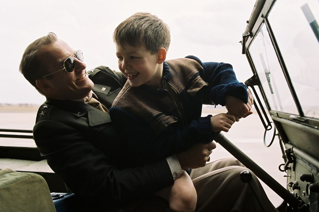 General Turner (Heino Ferch, l.) und Luises Sohn Micha (Leo Natalis, r.) freunden sich immer mehr an. - Bildquelle: Stephan Rabold Sat.1